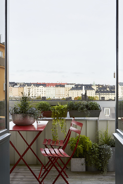 terraza y silla roja