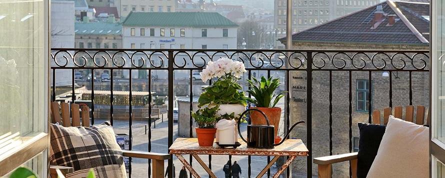 terraza decorada con mesa, sillas y flores