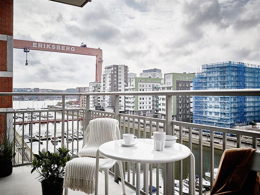 terraza con muebles blancos