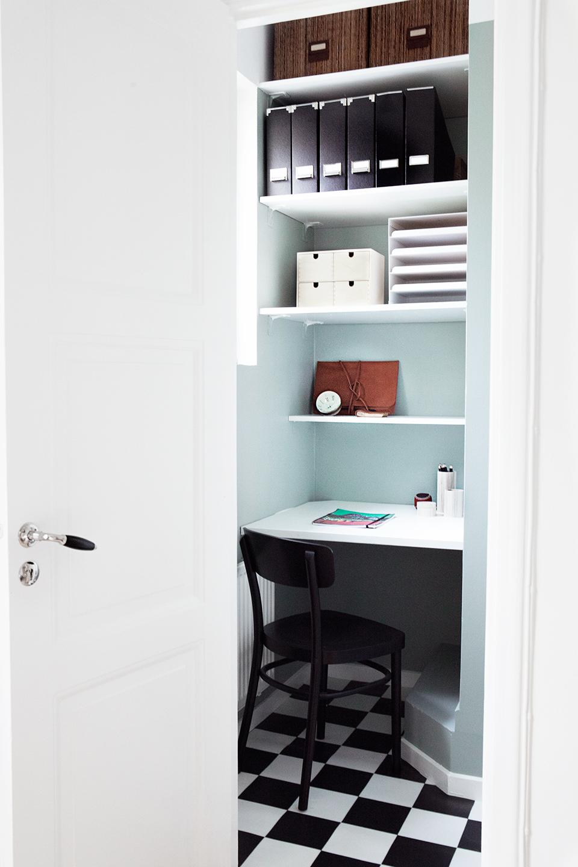 lugar de trabajo dentro de un armario