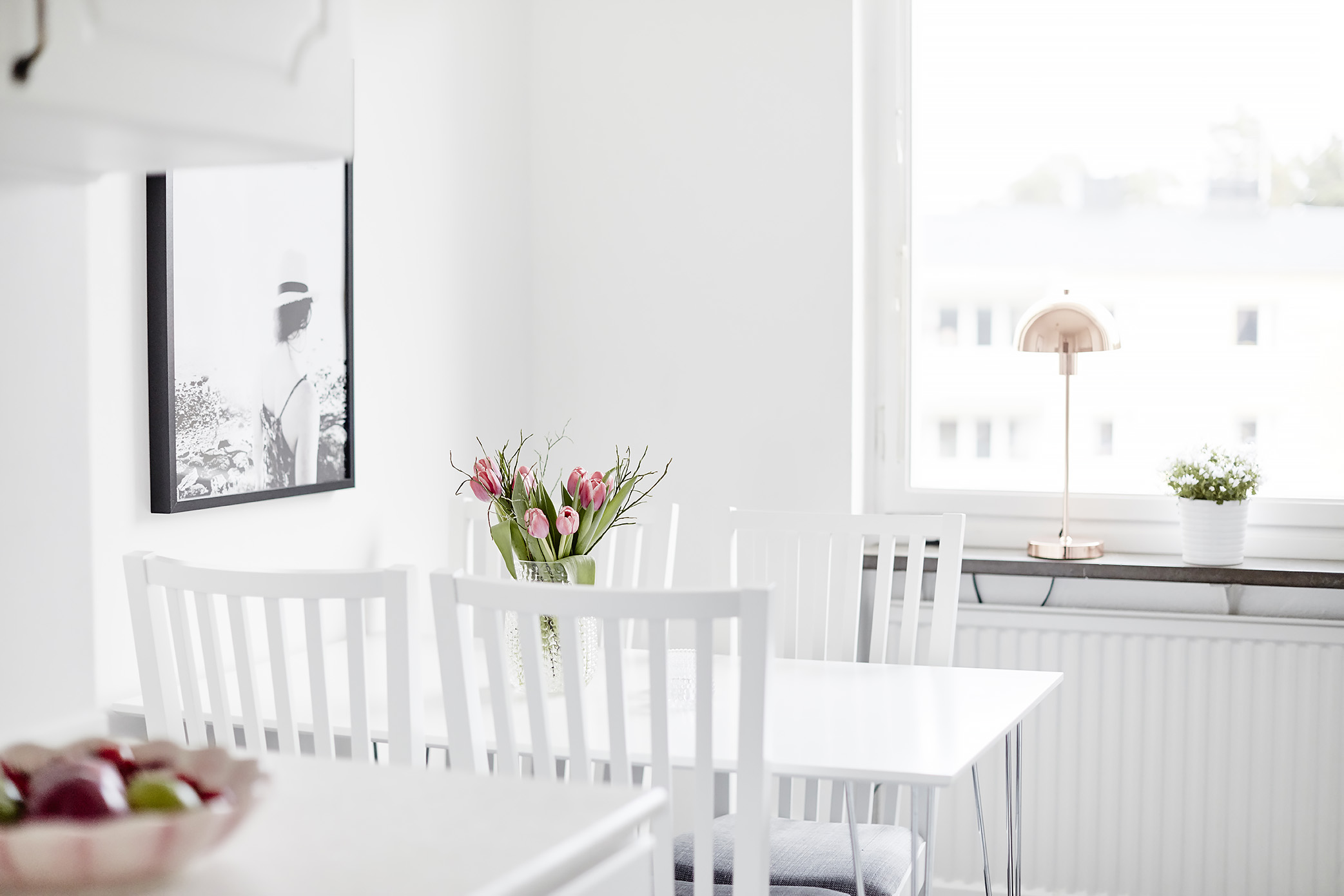 vivienda decorada en blanco y gris