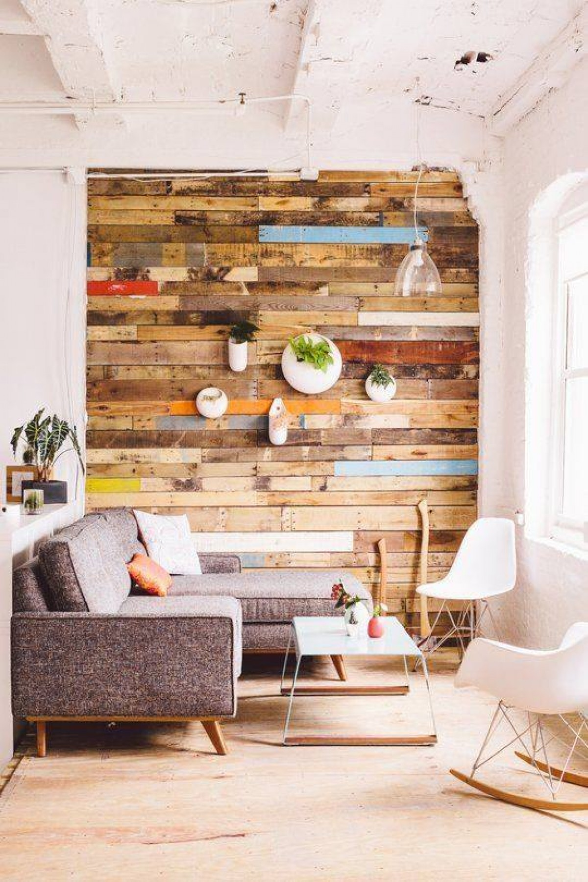 decoración para este verano 2016 - Salón con madera sintratar