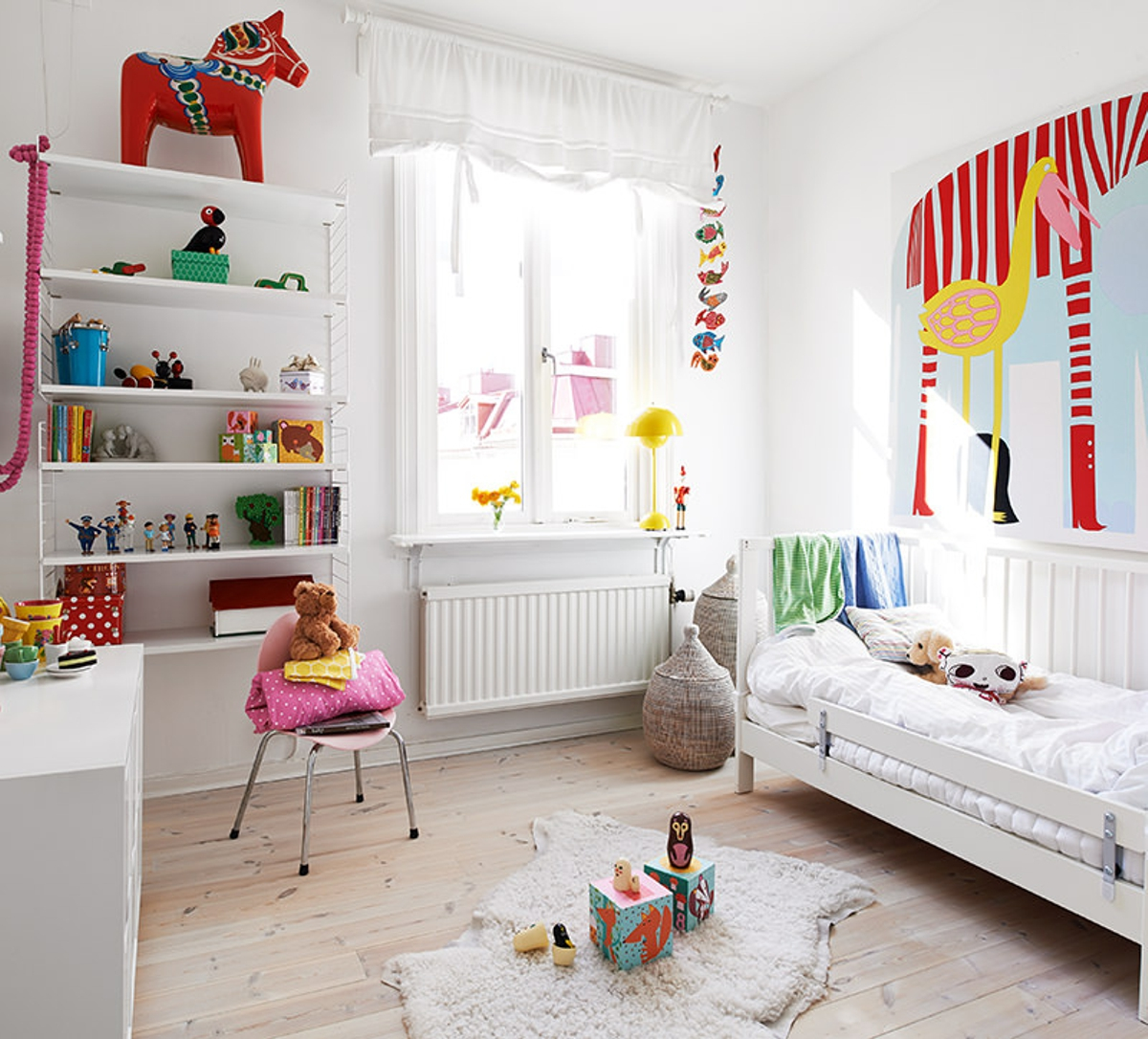 Habitación para niños con lámpara amarilla