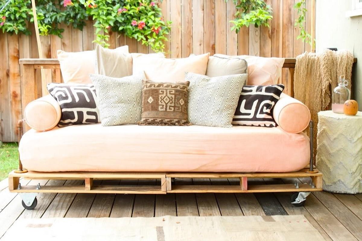 amueblar un piso completo - sofá de palet