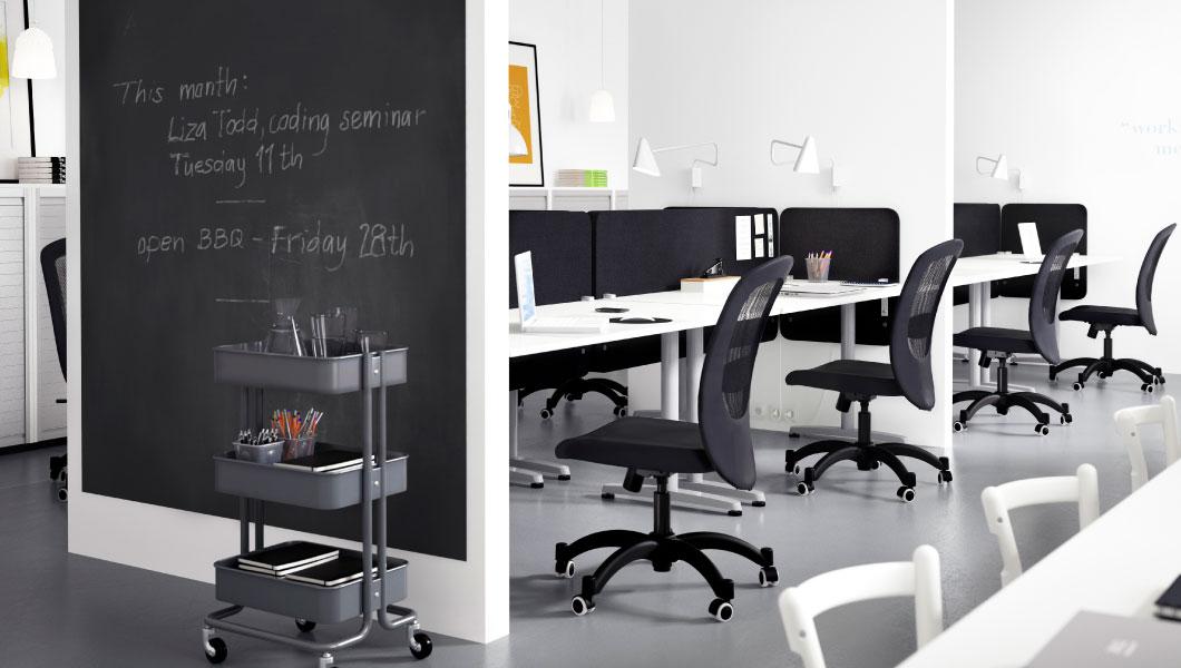 Mobiliario de oficina Ikea con pizarra
