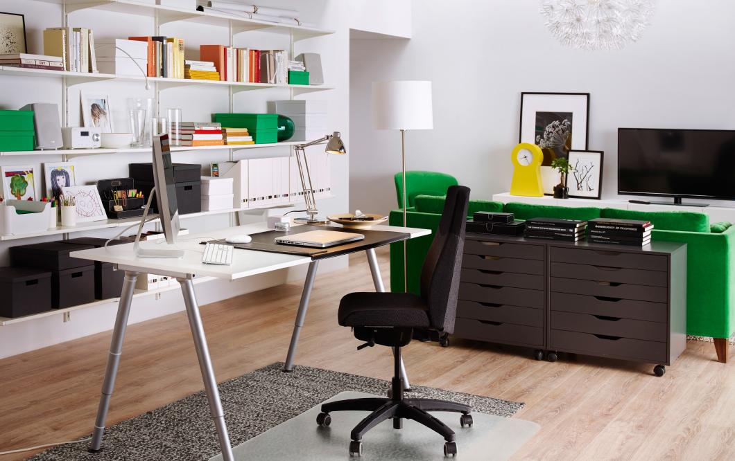 escritorio totalmente blanco con silla ergonómica