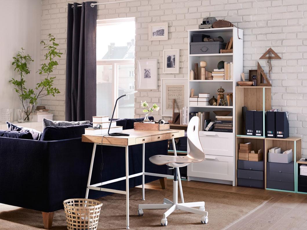 escritorio totalmente blanco con madera