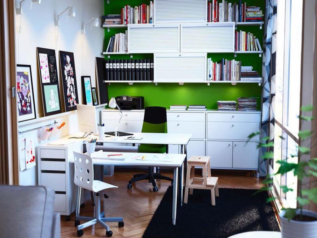 escritorio totalmente blanco con estanterías