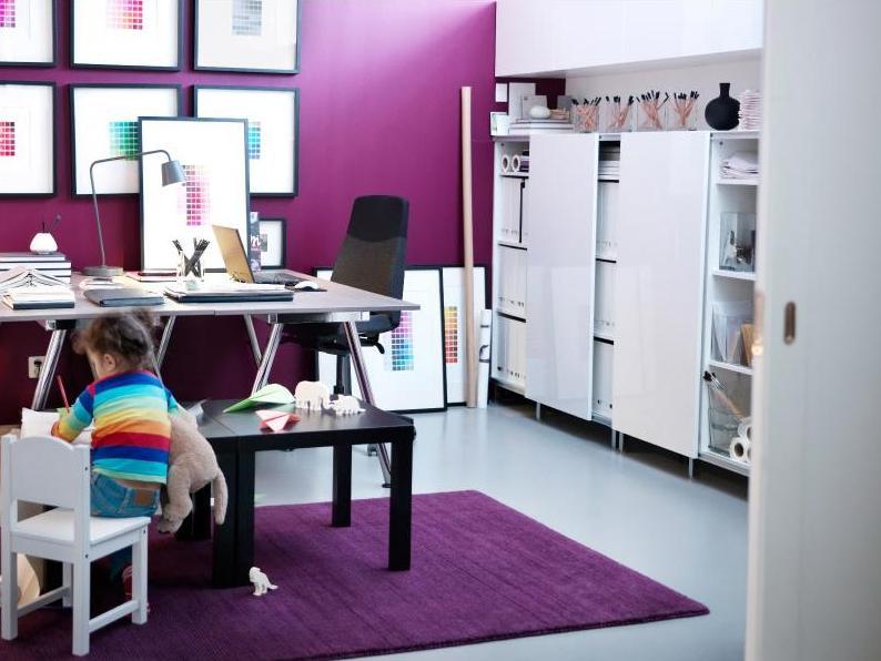 escritorio totalmente blanco y purpura