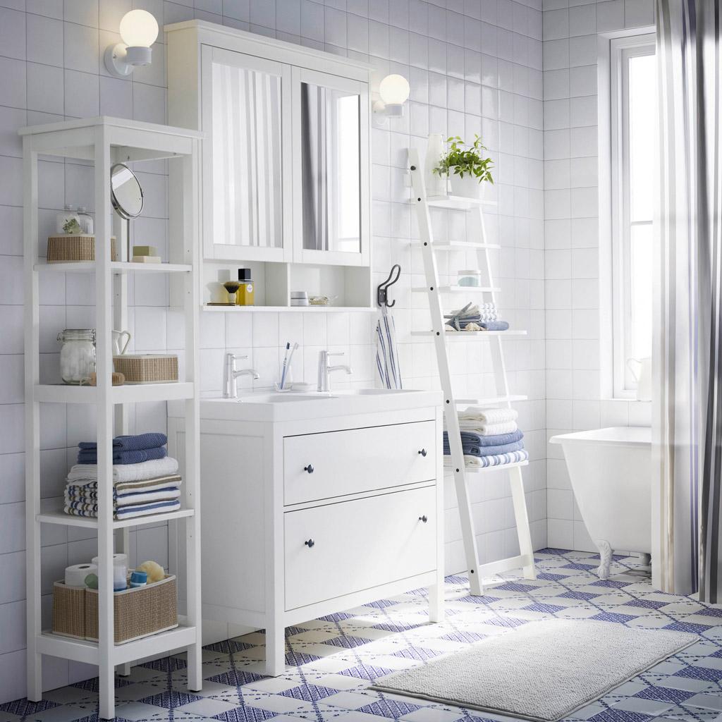 estanterías estrechas en el baño
