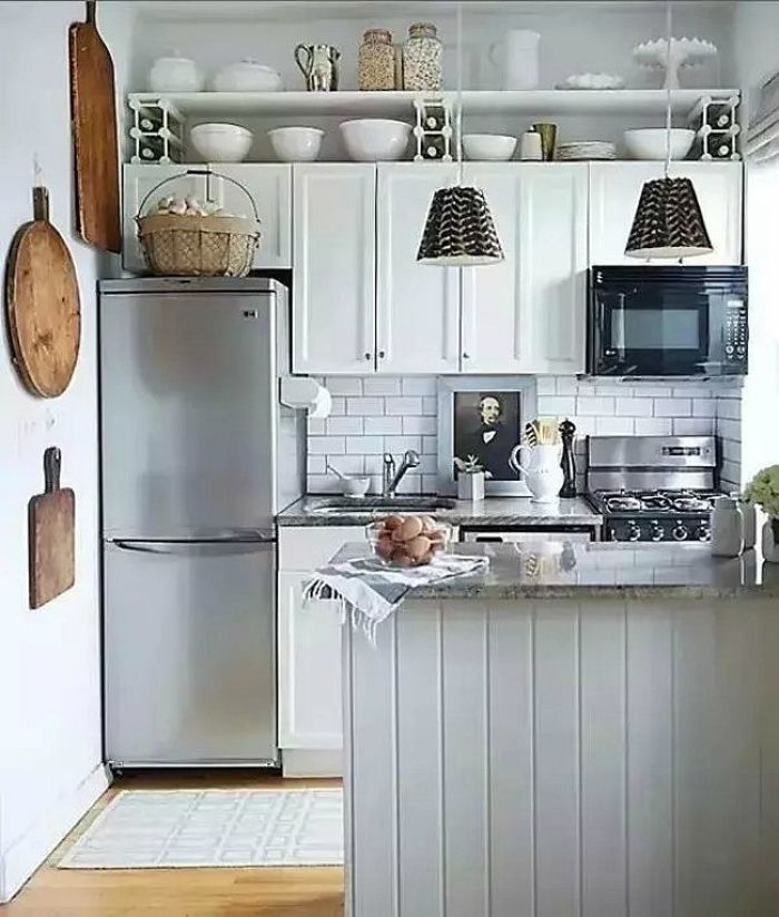 estanterías estrechas encima de los muebles de cocina