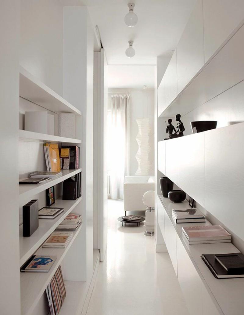 estanterías estrechas en el pasillo