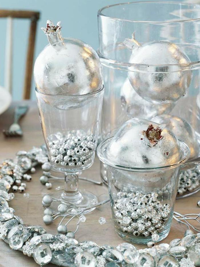 decoración de mesas de Navidad con adornos plateados