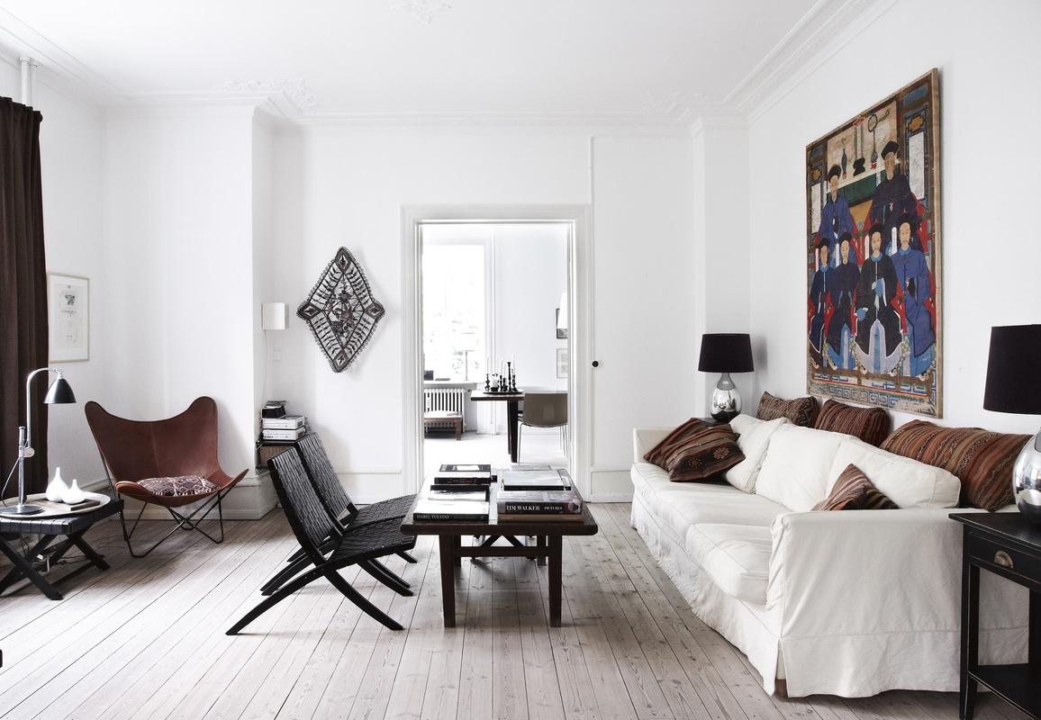 sofás blancos con tonos marrones