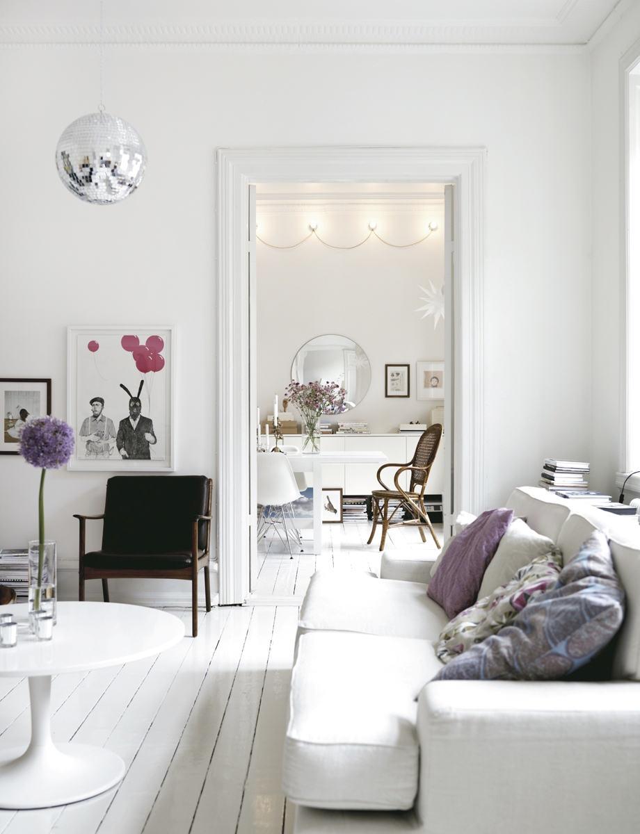 sofás blancos con cojines lilas