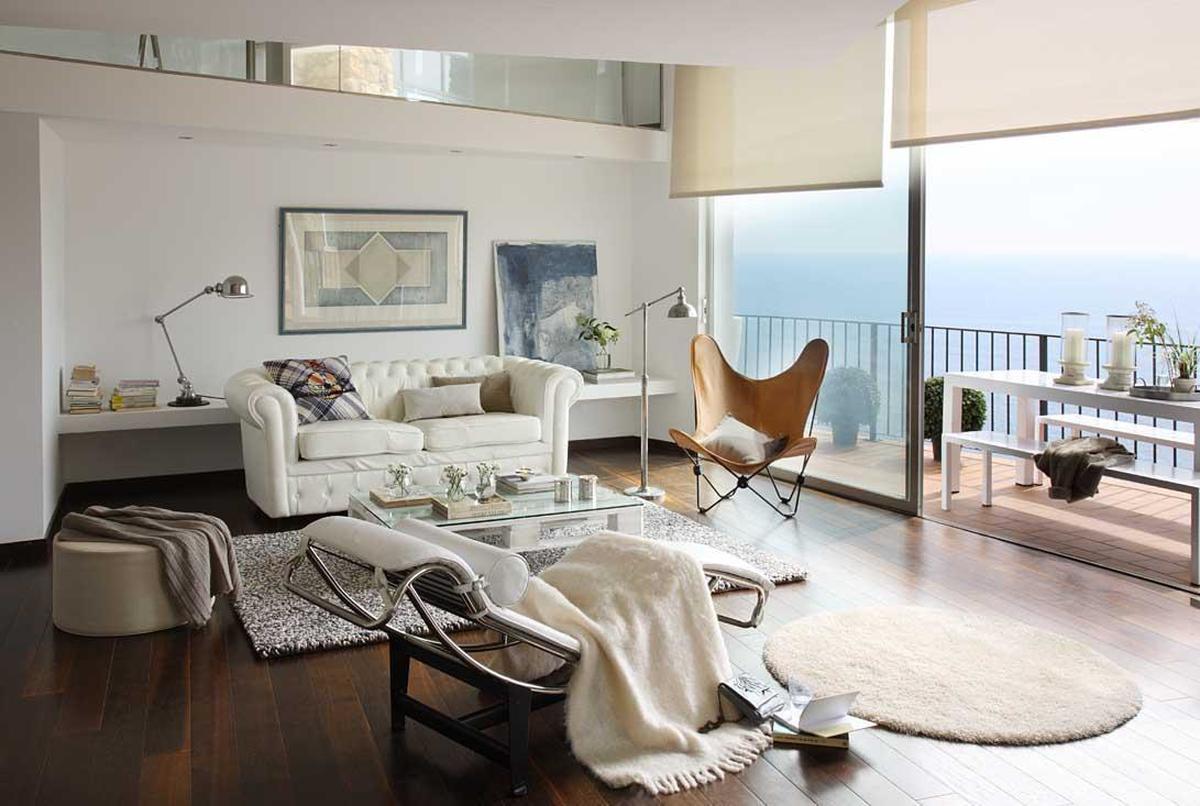 sofás blancos en salón con vistas