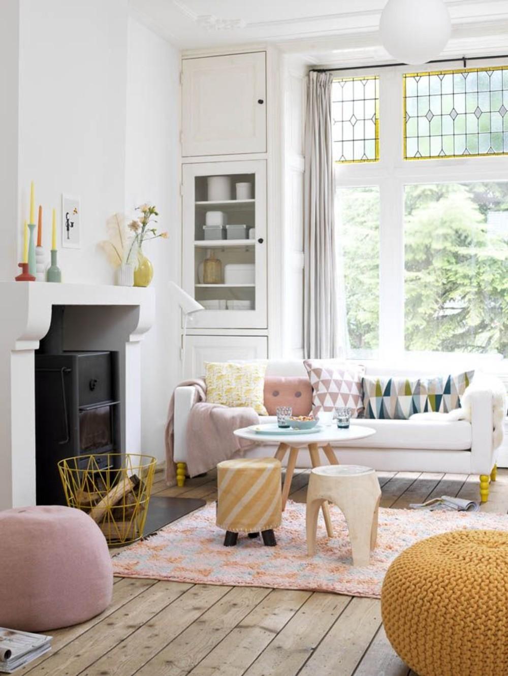 sofás blancos con cojines estampado geométrico