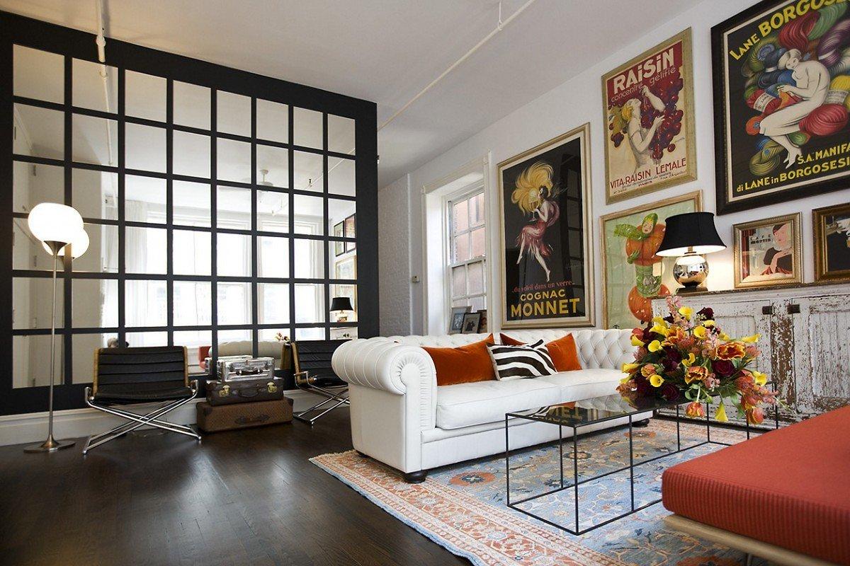 sofás blancos con posters