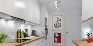 encimera de madera con cocina moderna
