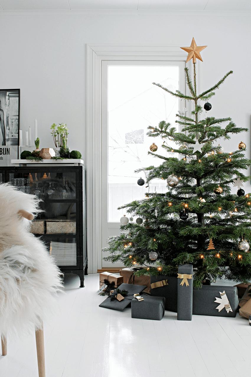 árbol de Navidad nórdico con decoración blanca