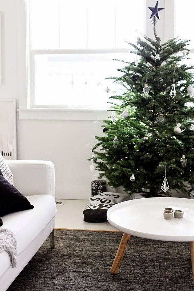 árbol de Navidad nórdico con adornos de cristal