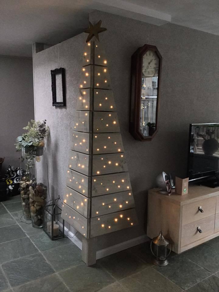 árboles de Navidad originales en la pared iluminados