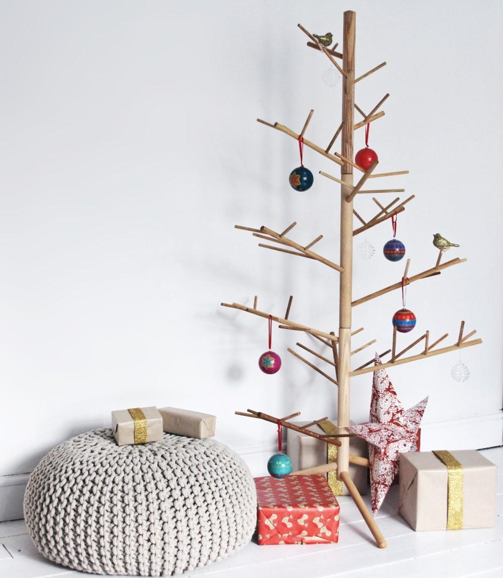 árboles de Navidad originales de madera con bolas