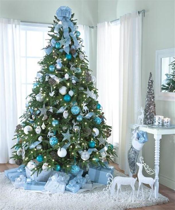 árbol de Navidad natural en tonos azules