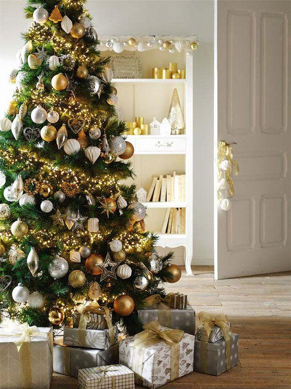 árbol de Navidad natural con adornos dorados