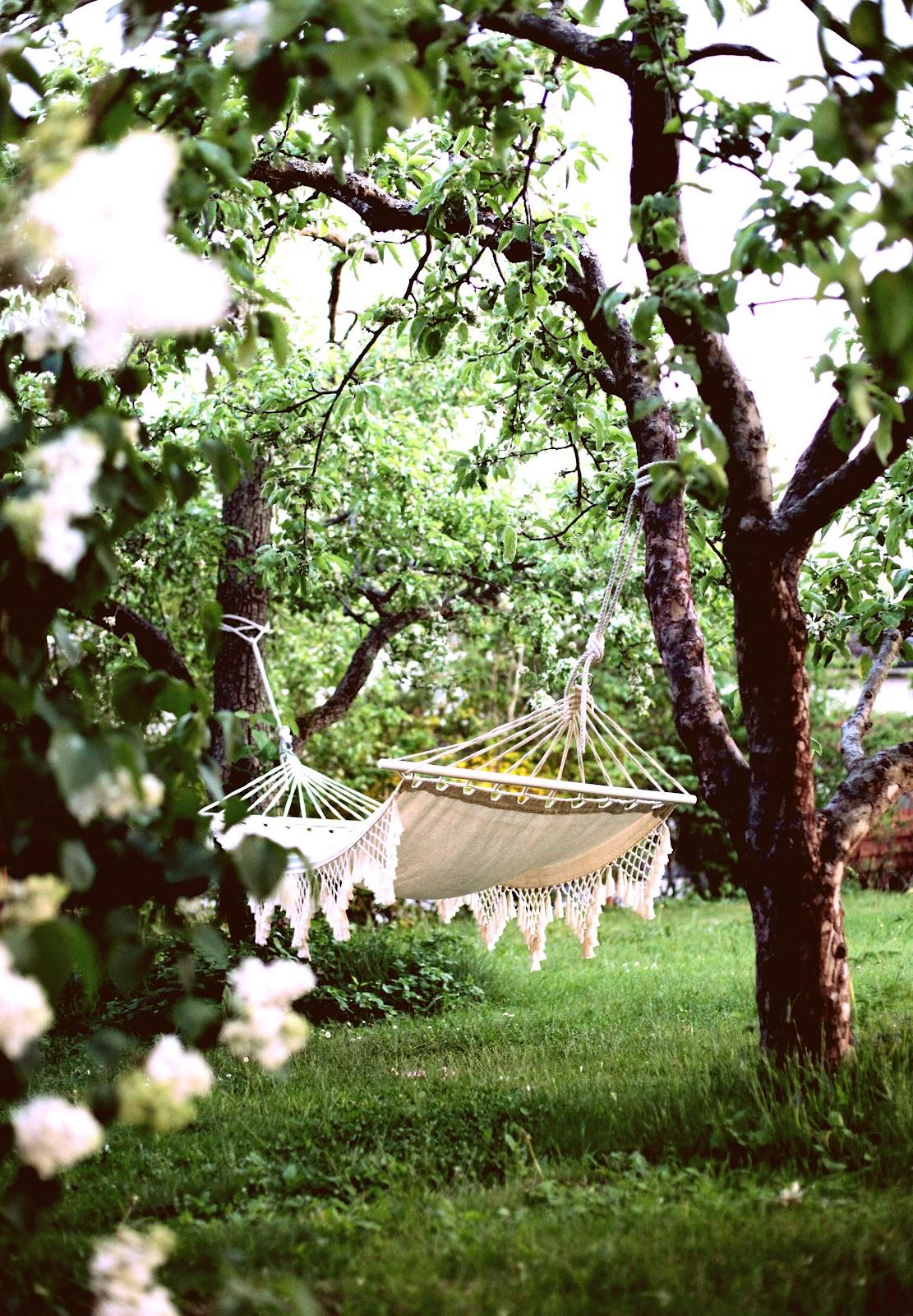 hamaca colgante en el jardín