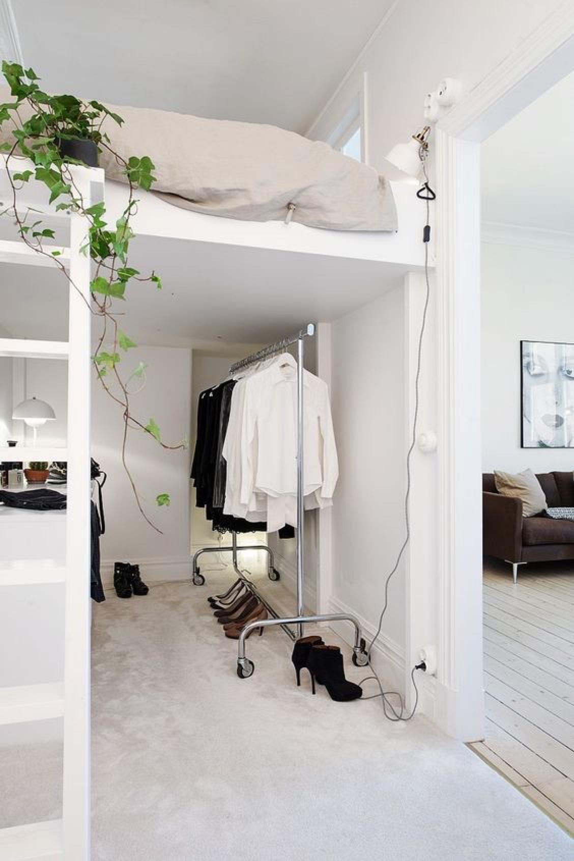 cama elevada con zona de estudio y vestidor