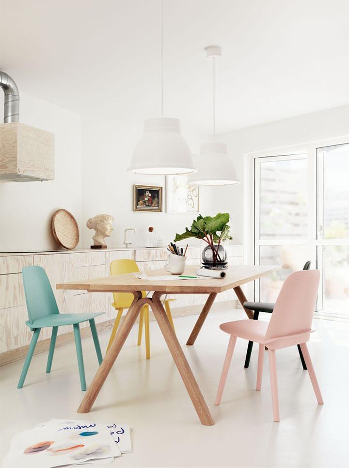 sillas de comedor en tonos pastel