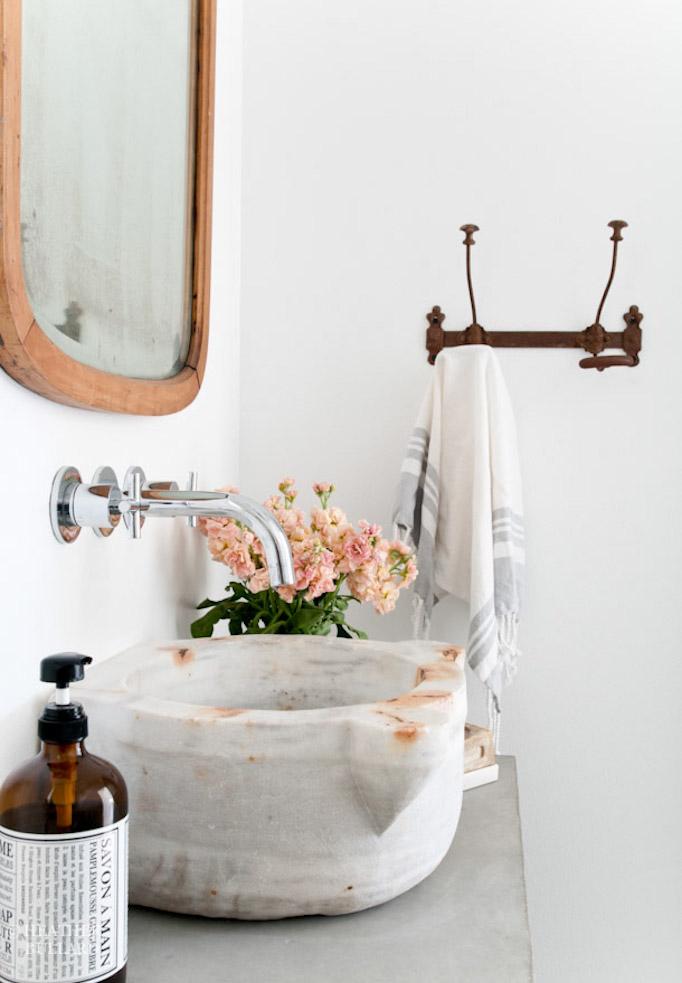 Percheros de pared en el baño