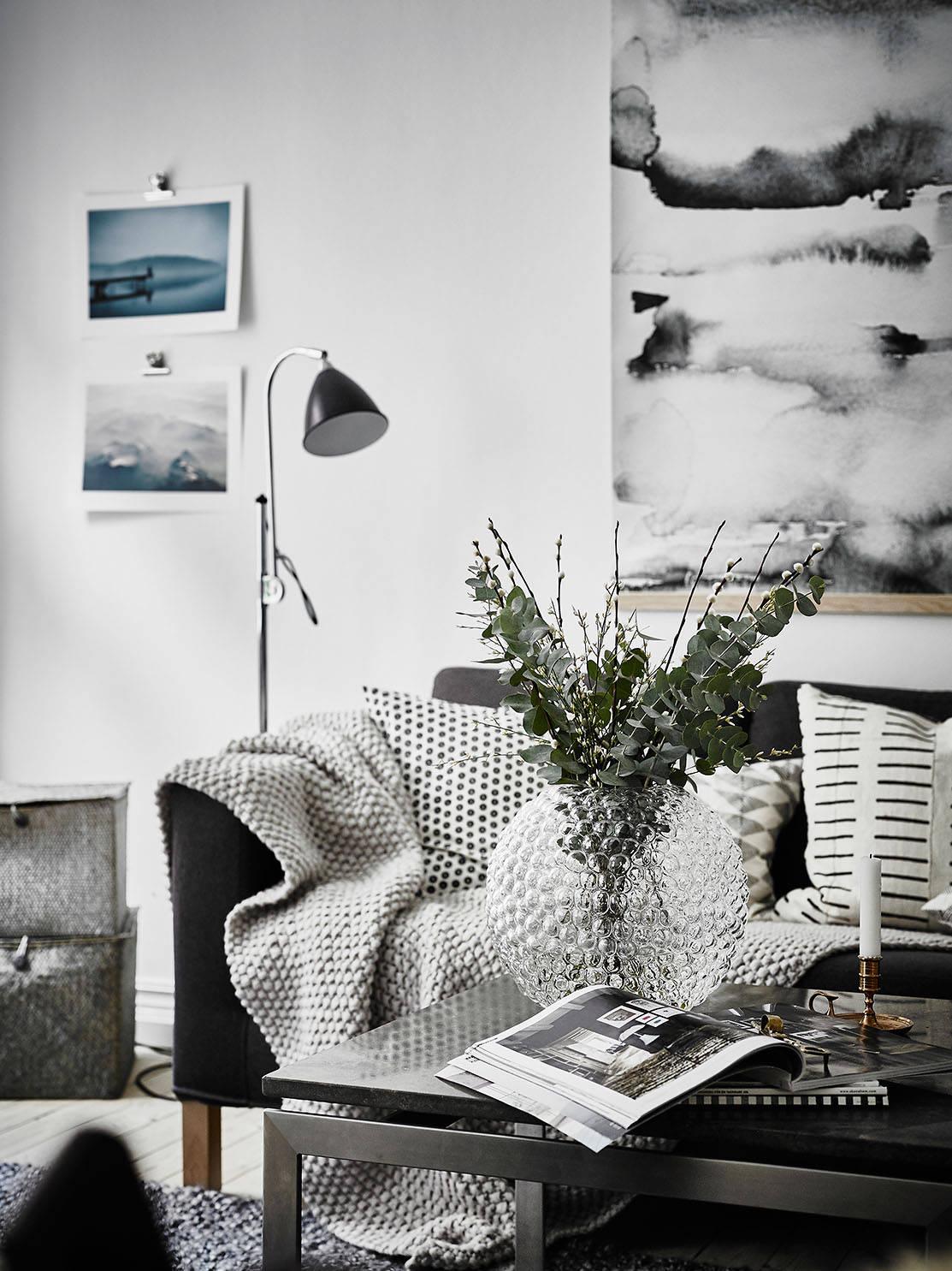 Salón en blanco y negro con complementos