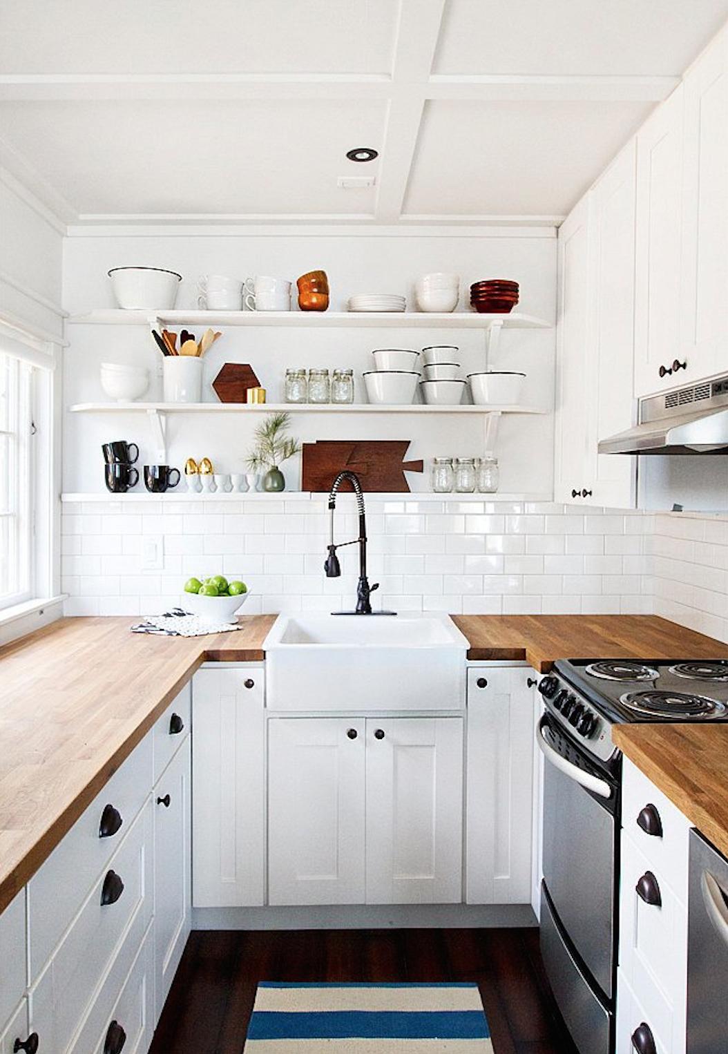 Cocina pequeña en blanco y madera