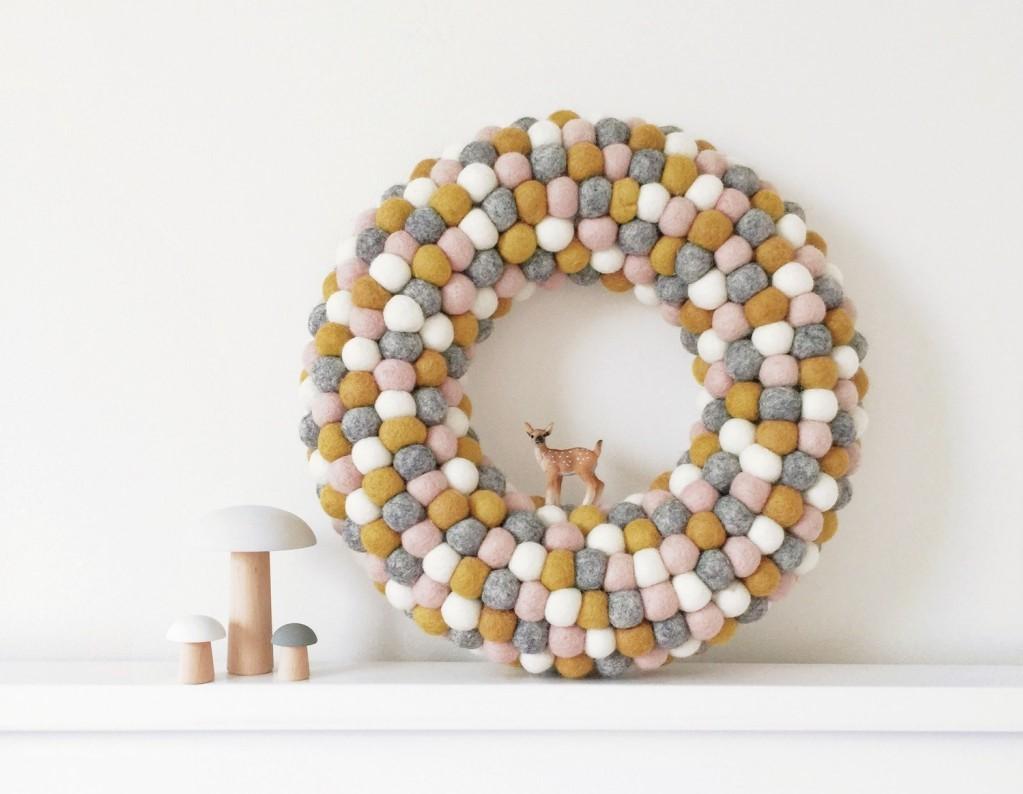decoración nórdica - corona de pompones
