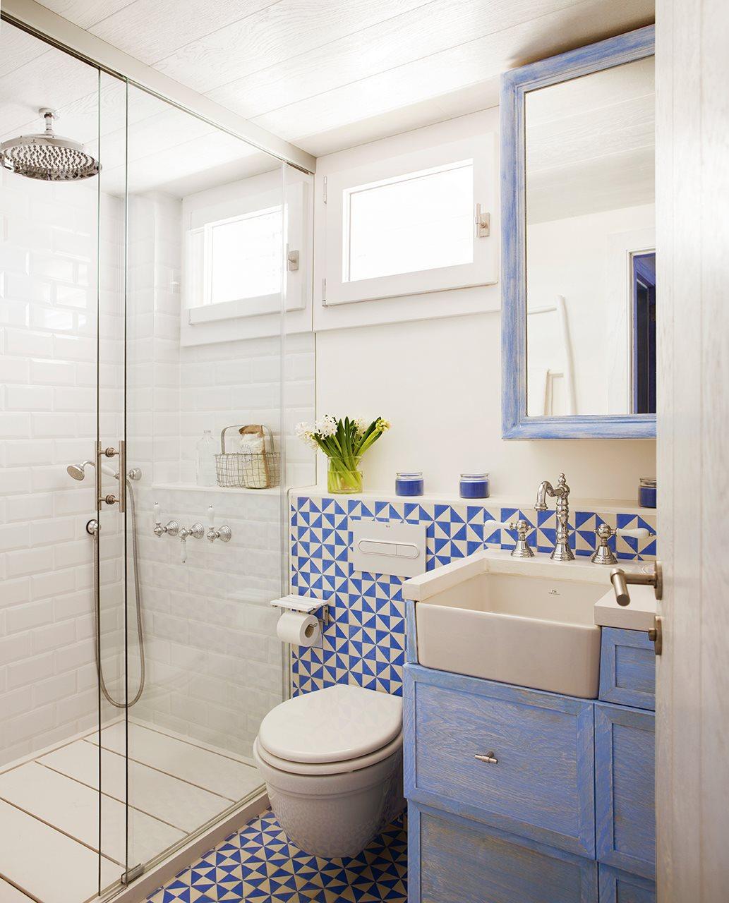 baño pequeño en azul y blanco