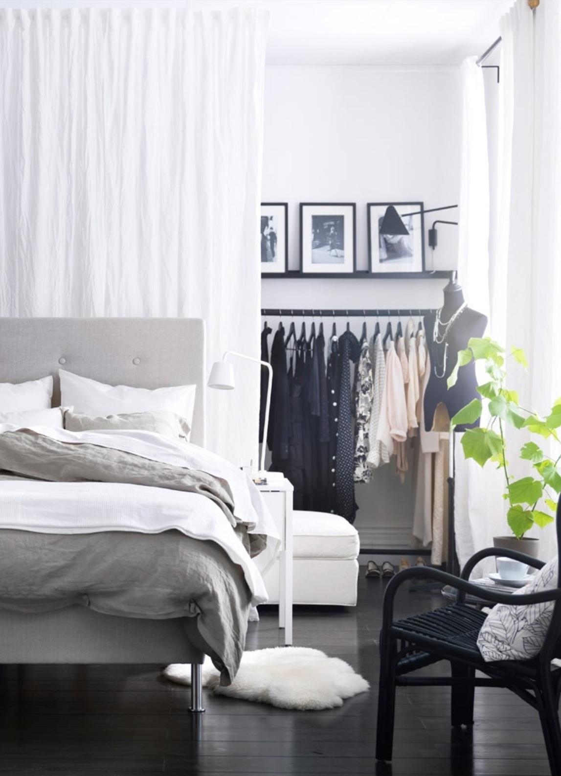 vestidor low cost detrás de la cama