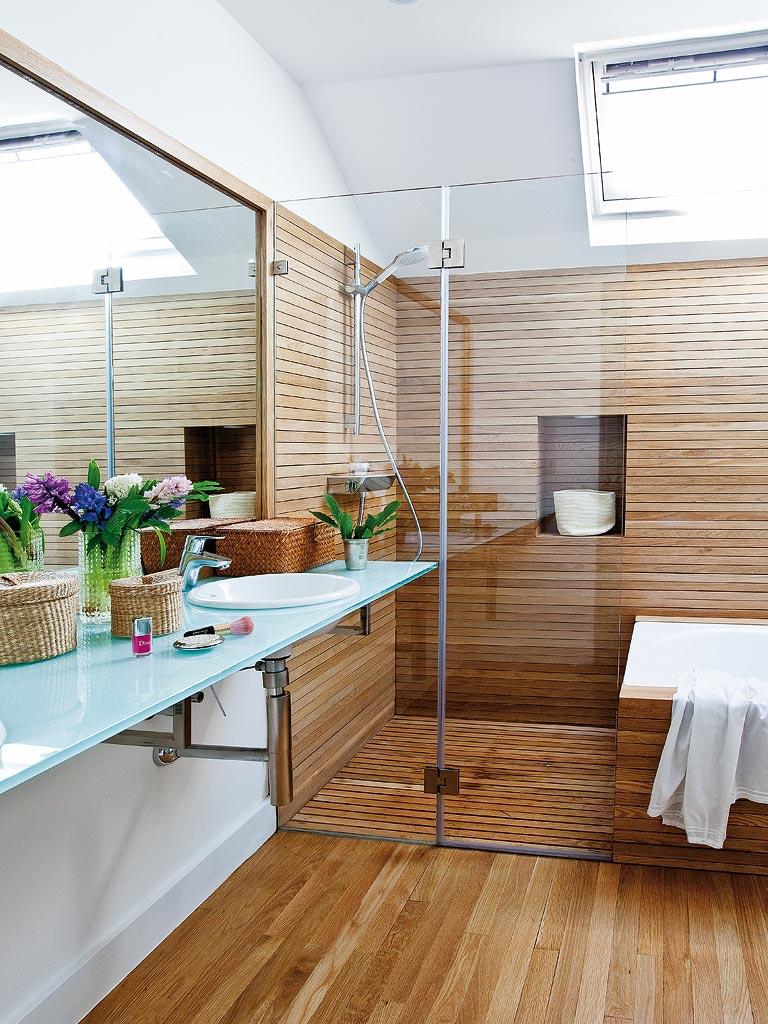 Platos de ducha de obra con revestimientos en madera