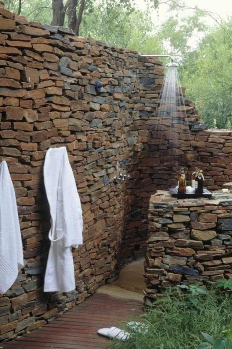 ducha exterior de piedra