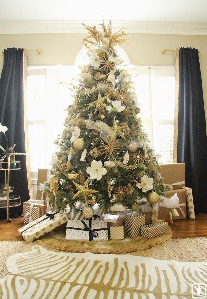 árbol de Navidad con flores y dorados