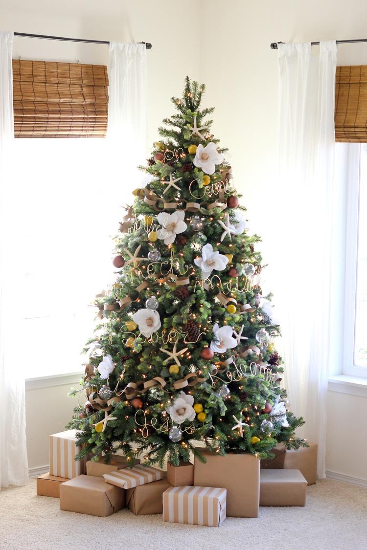 árbol de Navidad con flores blancas