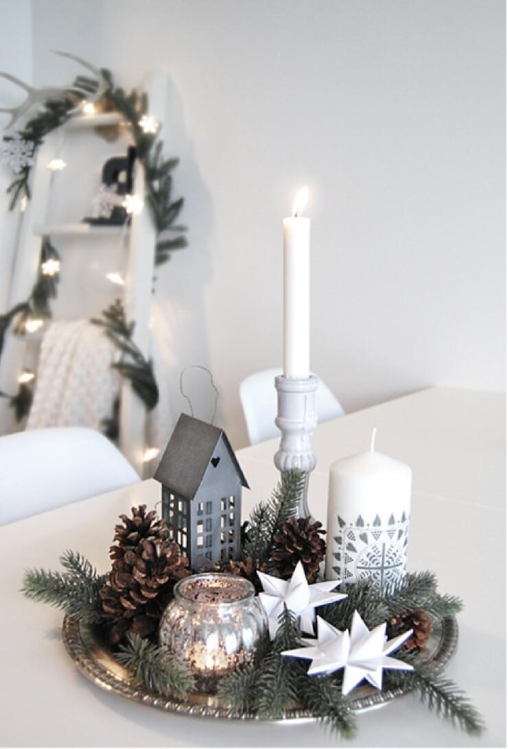 Arreglos navideños en blanco y plata