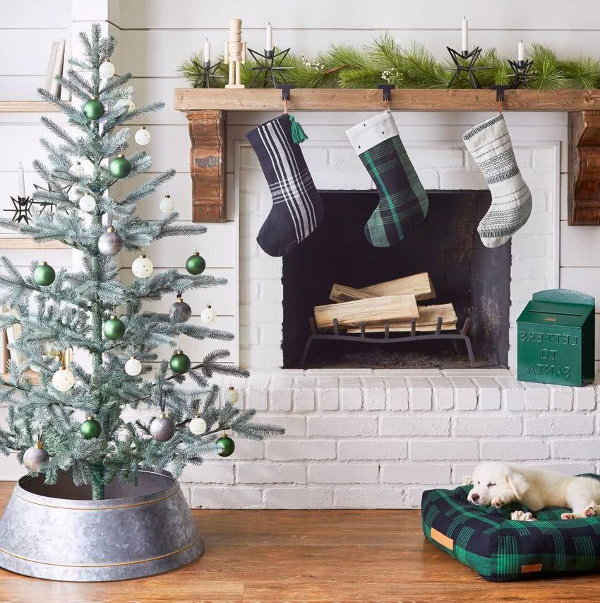 Arreglos navideños en la chimenea