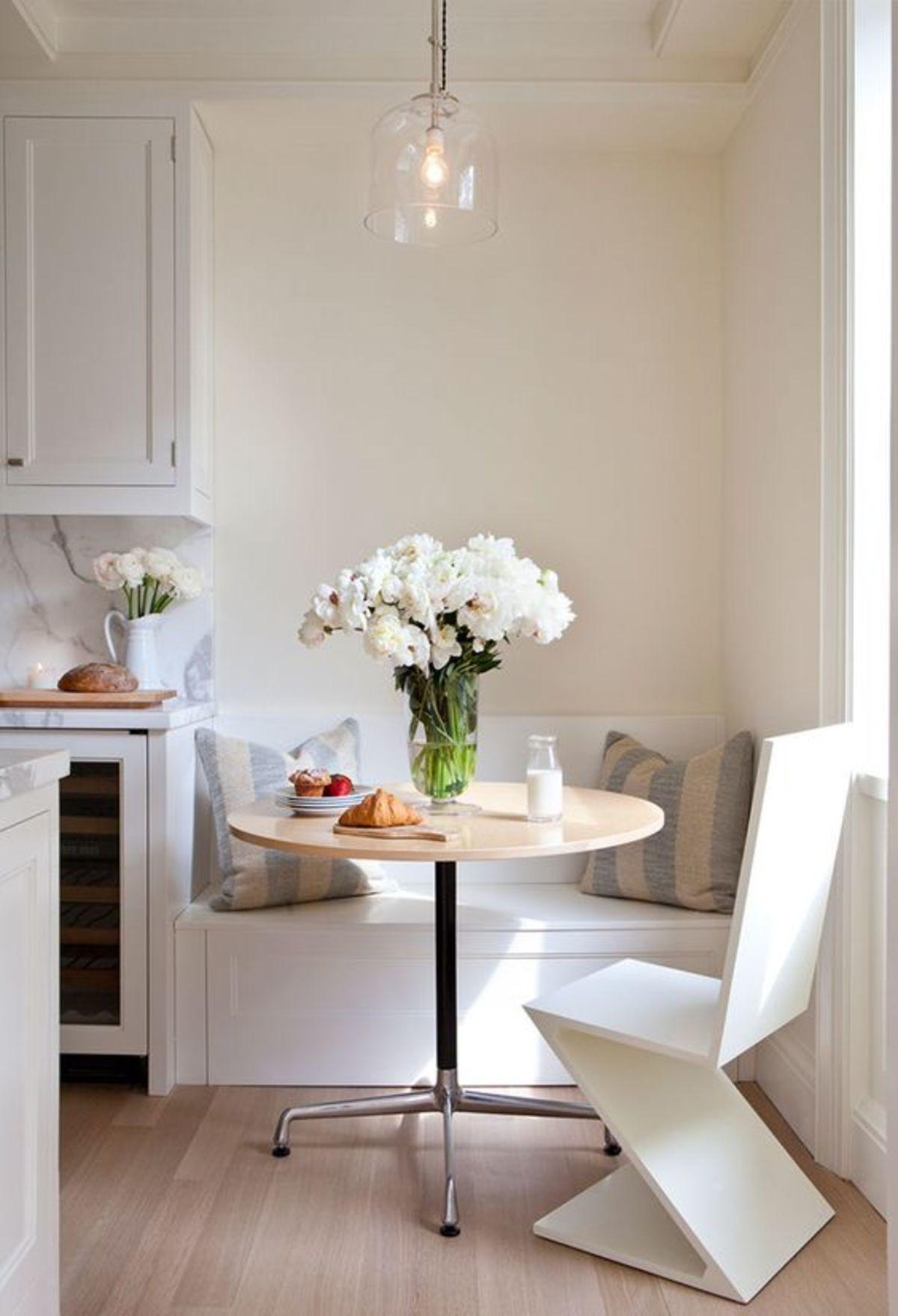 cocinas pequeñas con office en tonos blancos