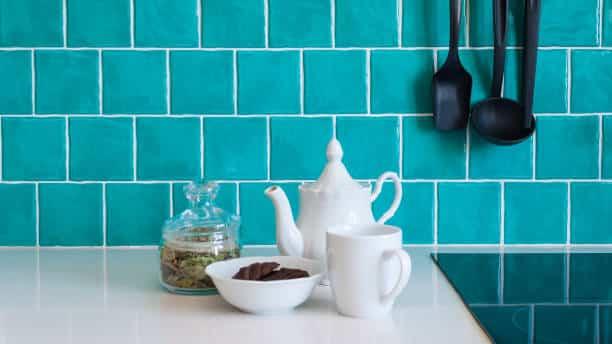 como renovar la cocina y el bano con pintura para azulejos 8