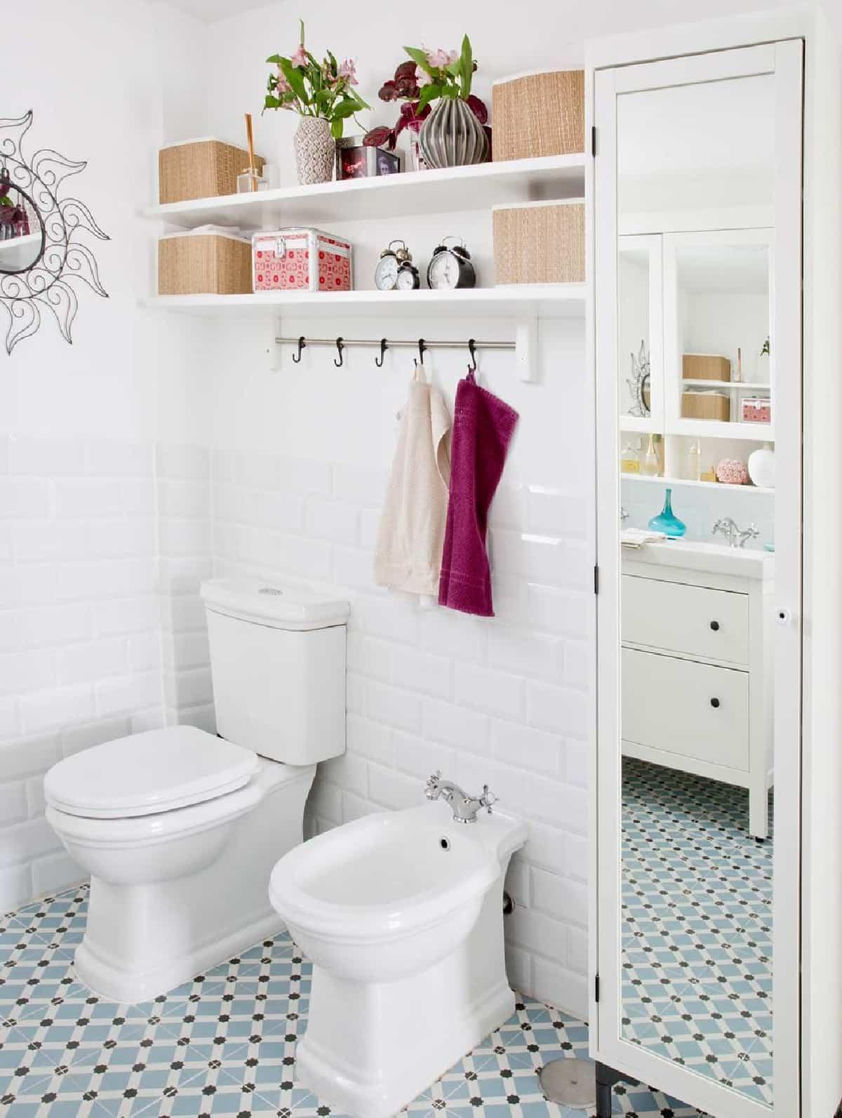 como aprovechar el espacio en los banos pequenos 1