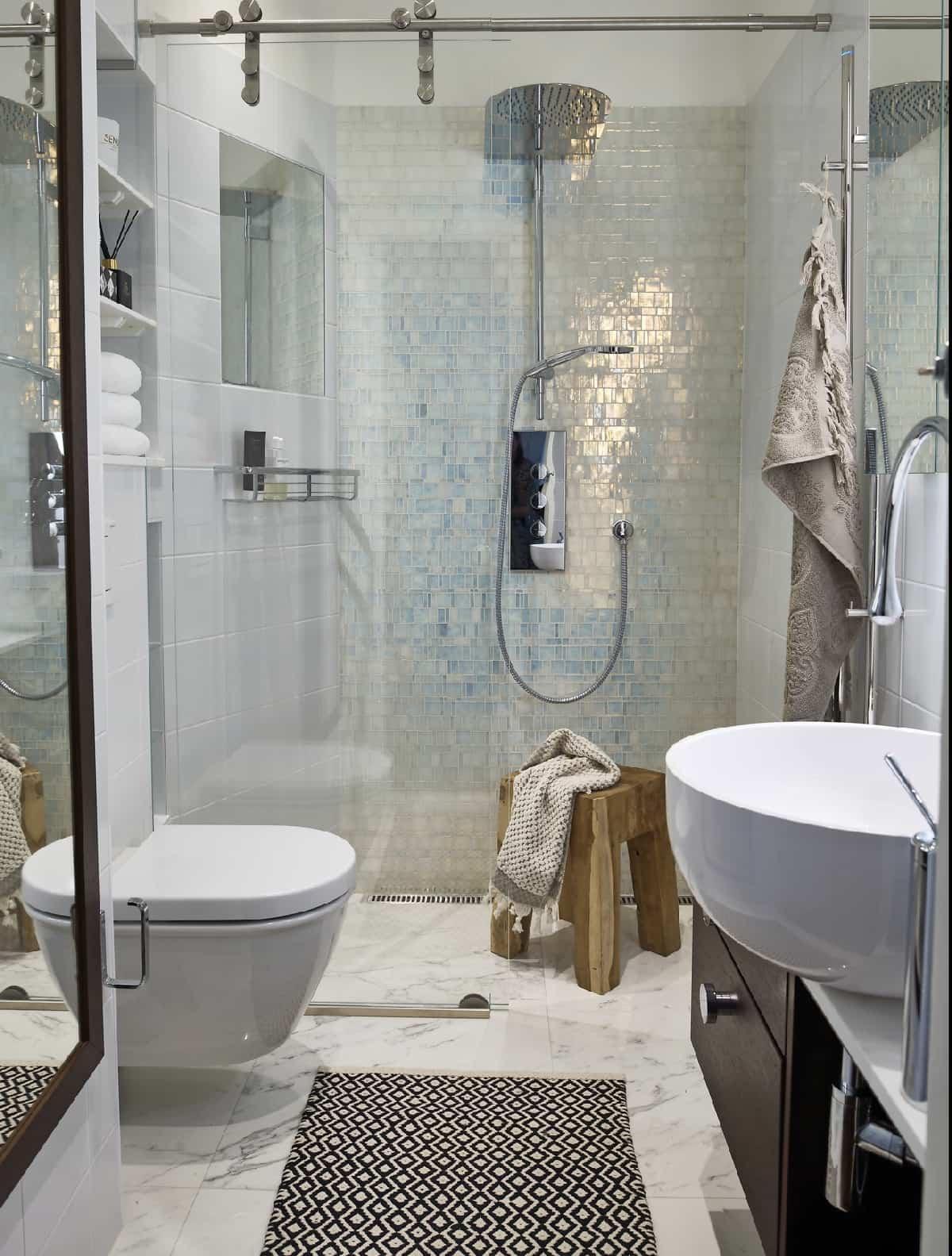 Cómo aprovechar el espacio al máximo en los baños pequeños