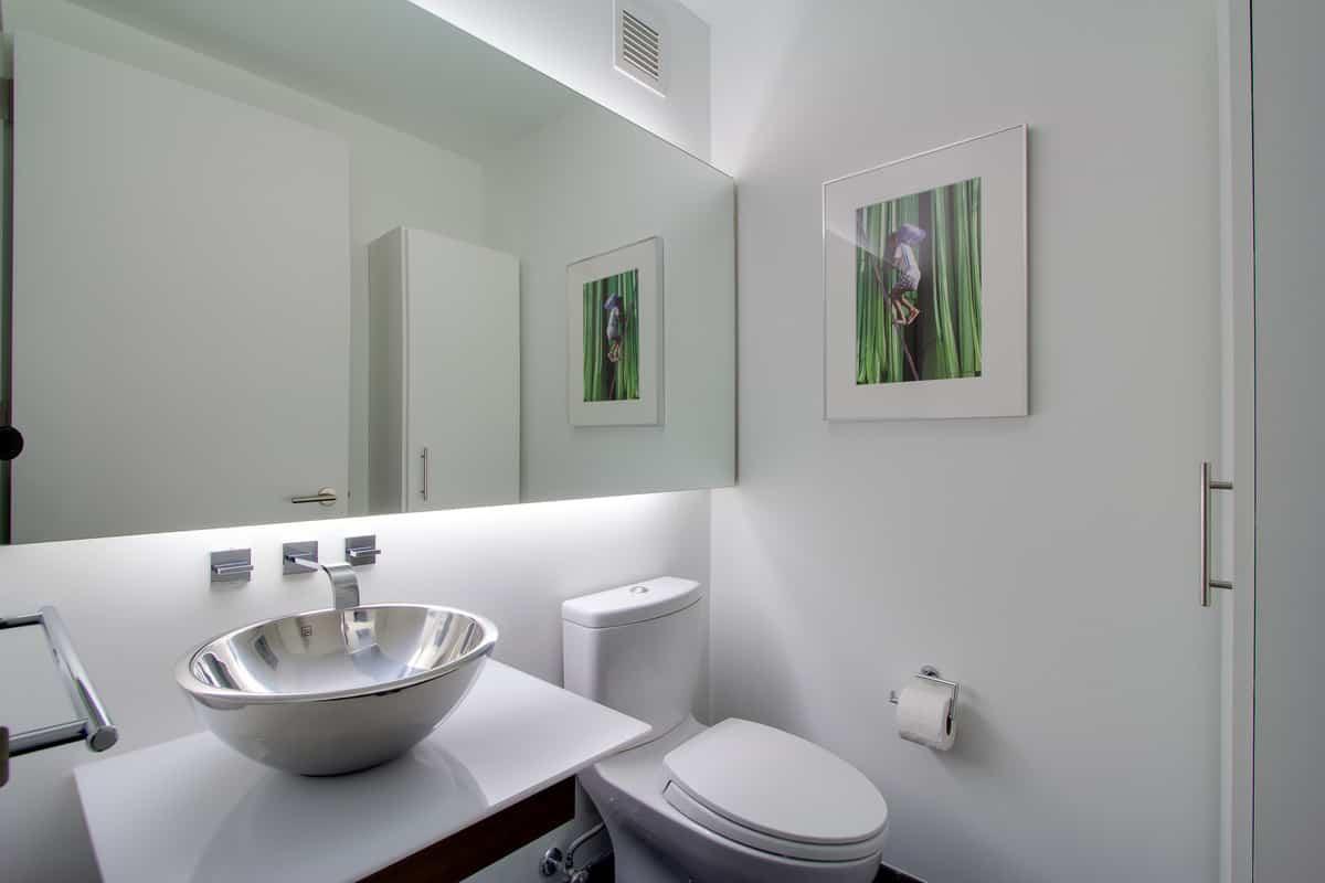 como aprovechar el espacio en los banos pequenos 7